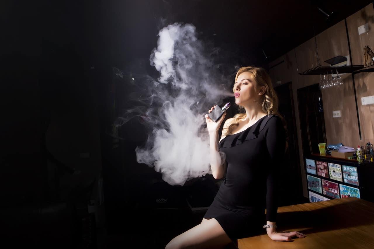 אישה מעשנת
