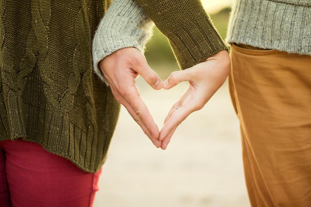 זוג עם ידיים בצורת לב