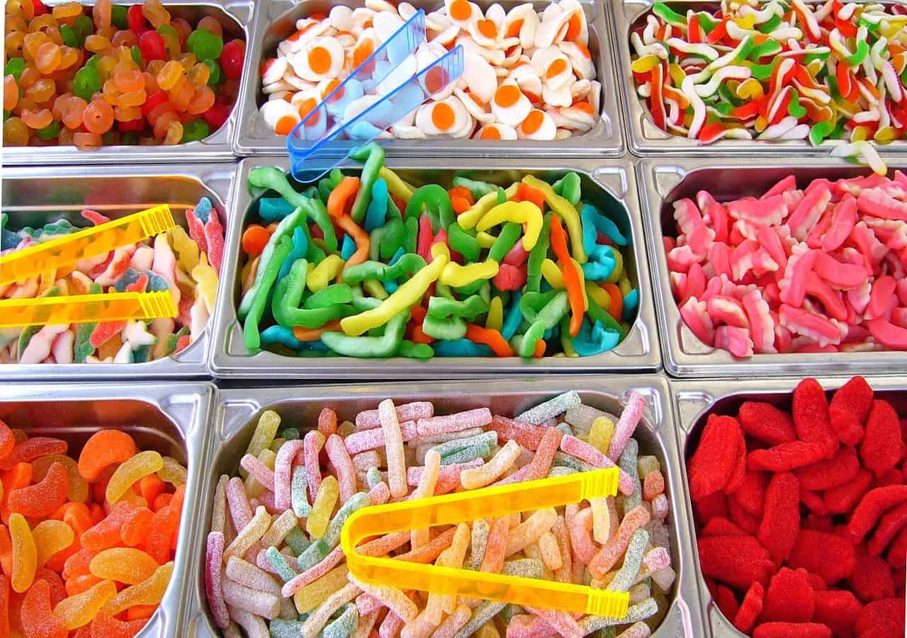 ממתקים בסוגים שונים לבחירה