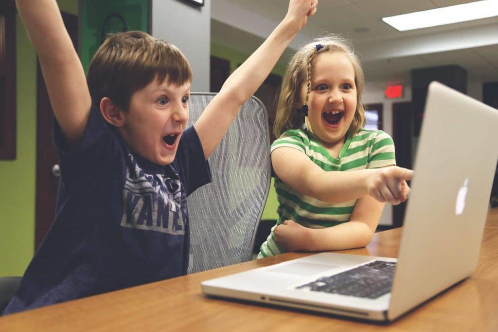 שני ילדים מצביעים על מחשב