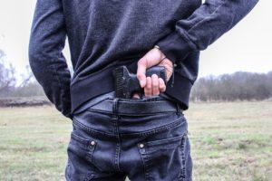 איש עם אקדח מאחורה