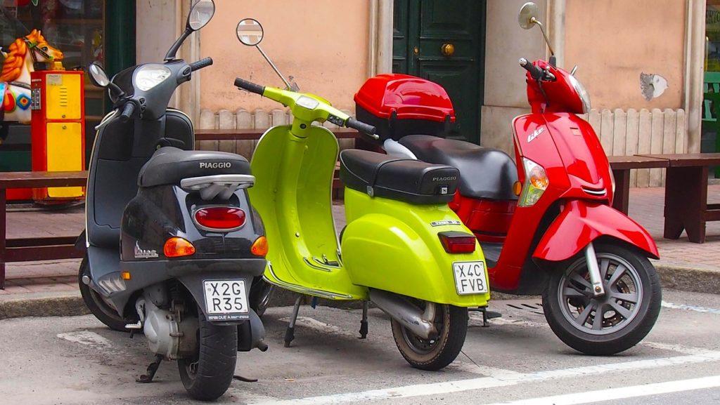 שלושה אופנועים