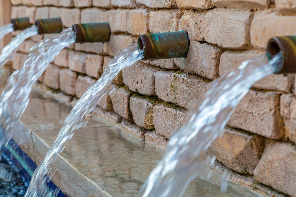 נזילת מים