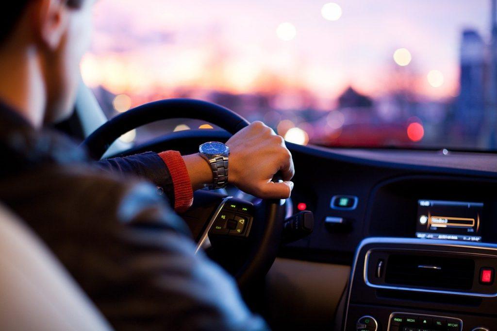 נהיגה ברכב בערב