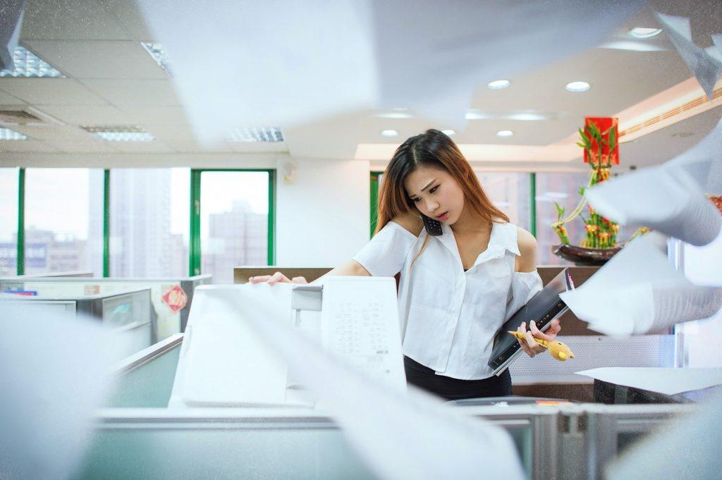 אישה מצלמת מסמכים
