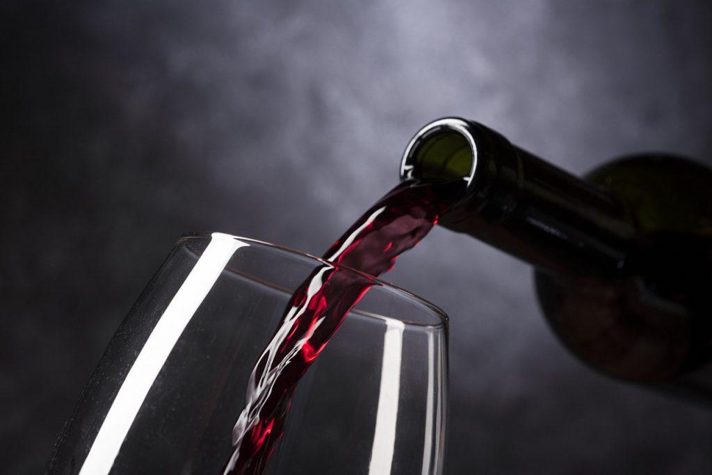 יין אדום מבקבוק לכוס