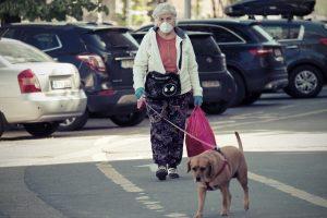 אישה מטיילת עם הכלב