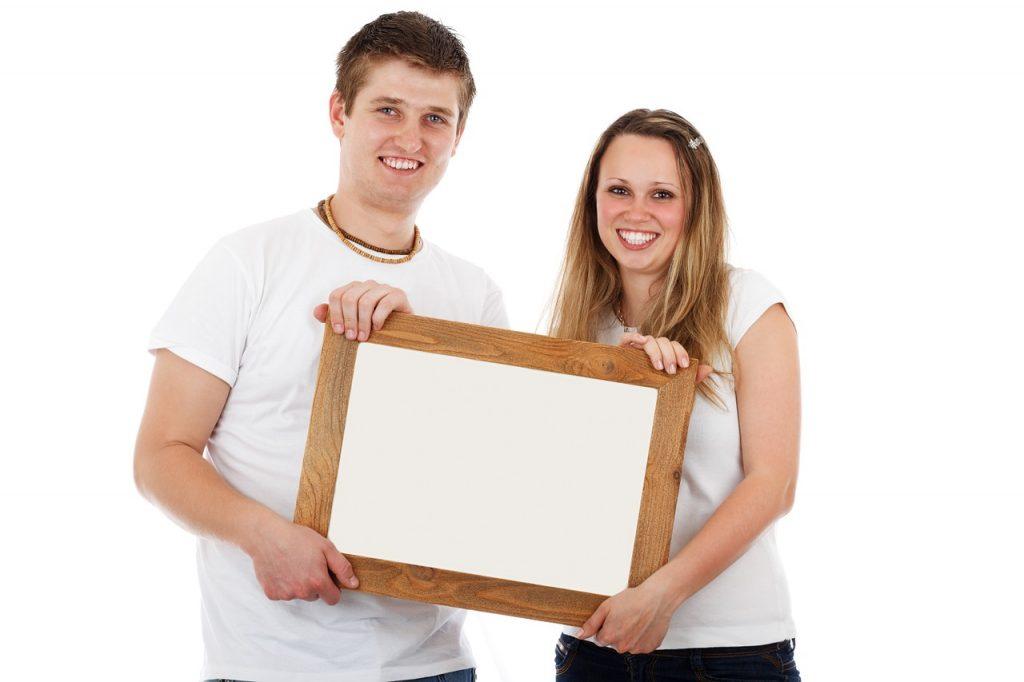 זוג בוחר מסגרת