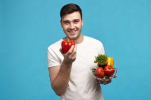 איש מחזיק ירקות