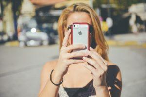 אישה מחזיקה טלפון