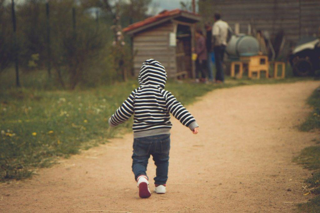 ילד הולך