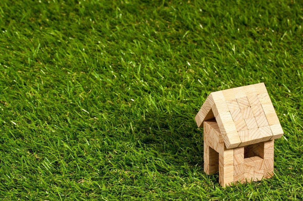 """בית קטן מעץ המסמל השקעת נדל""""ן"""