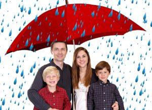 משפחה תחת מטרייה בגשם
