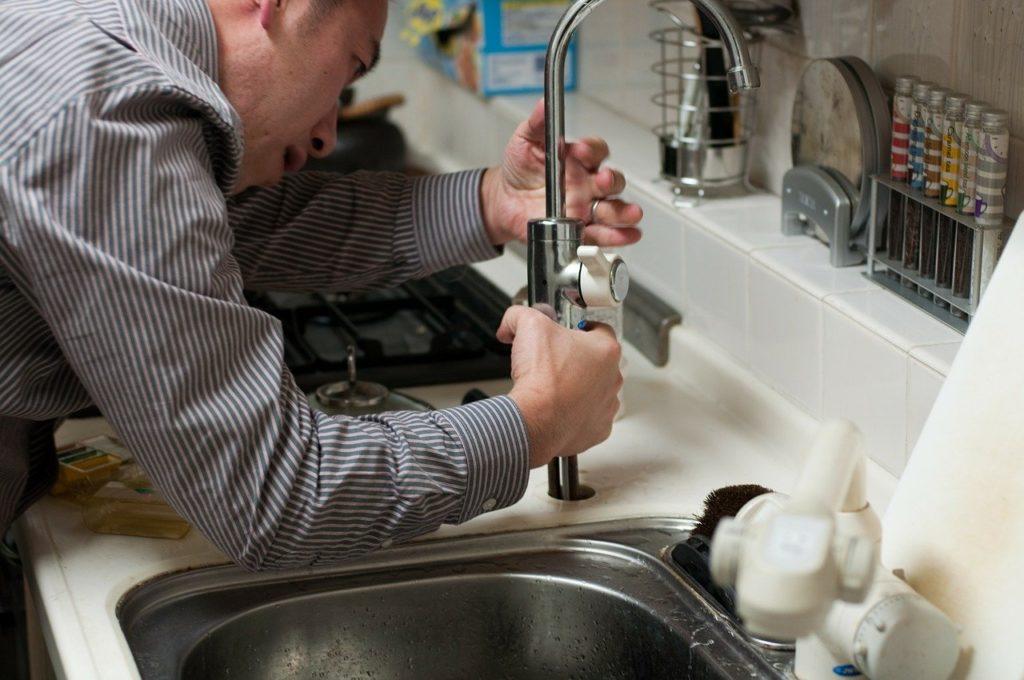 שרברב פותח סתימה בכיור