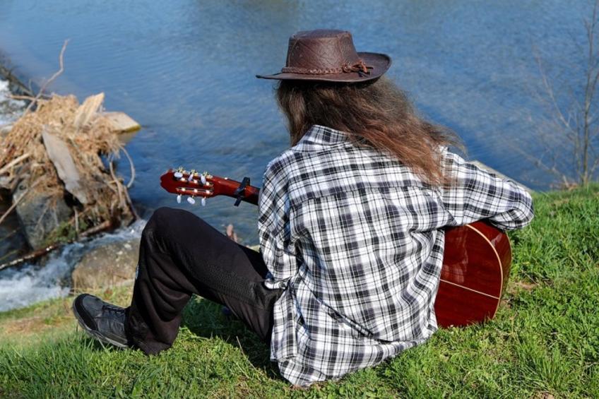 איש מנגן בנהר