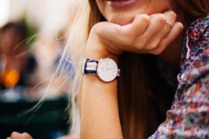 אישה עם שעון